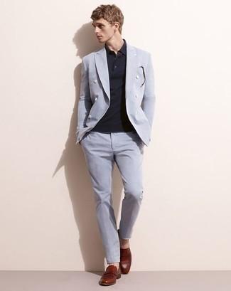 Combinar un mocasín de cuero burdeos: Casa un traje celeste con una camisa polo azul marino para lograr un estilo informal elegante. Con el calzado, sé más clásico y elige un par de mocasín de cuero burdeos.