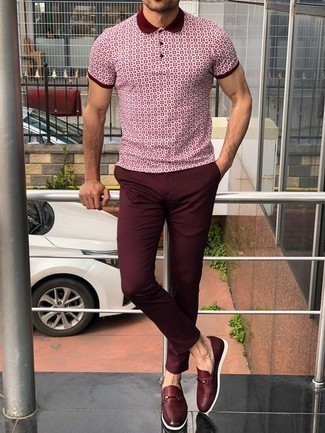 Combinar un mocasín de cuero burdeos: Intenta ponerse una camisa polo estampada burdeos y un pantalón chino burdeos para una vestimenta cómoda que queda muy bien junta. Con el calzado, sé más clásico y completa tu atuendo con mocasín de cuero burdeos.