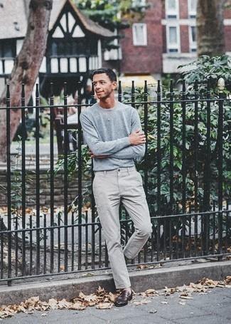 Combinar un jersey con cuello circular celeste: Ponte un jersey con cuello circular celeste y un pantalón chino gris para conseguir una apariencia relajada pero elegante. Mocasín de cuero burdeos levantan al instante cualquier look simple.