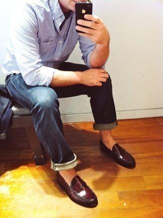 Combinar una camisa de manga larga de rayas verticales en blanco y azul: Para un atuendo que esté lleno de caracter y personalidad haz de una camisa de manga larga de rayas verticales en blanco y azul y unos vaqueros azul marino tu atuendo. Usa un par de mocasín de cuero burdeos para mostrar tu inteligencia sartorial.