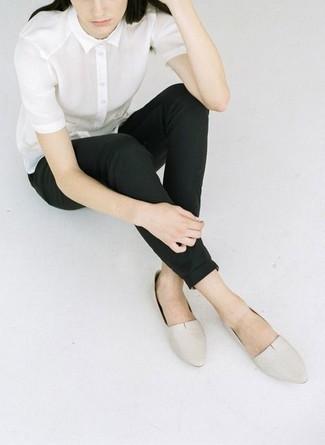 Cómo combinar: mocasín de cuero en beige, pantalones pitillo negros, camisa de manga corta blanca