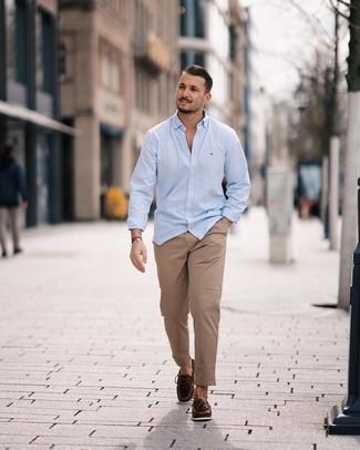 Cómo combinar: mocasín de cuero en marrón oscuro, pantalón chino marrón claro, camisa de manga larga celeste