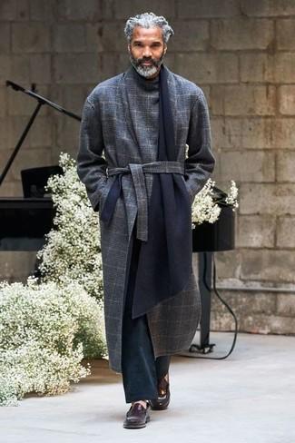 Cómo combinar: mocasín de cuero en marrón oscuro, pantalón chino negro, abrigo largo de tartán azul marino