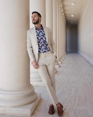 Cómo combinar: mocasín de cuero marrón, camisa de manga larga con print de flores azul marino, traje en beige
