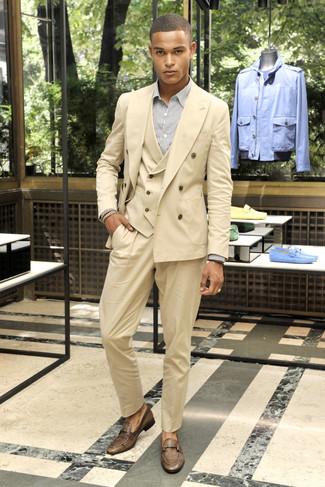 Cómo combinar: mocasín de cuero marrón, camisa de vestir de rayas verticales blanca, traje de tres piezas marrón claro