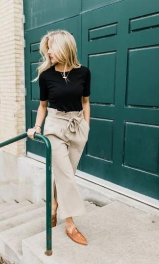 Cómo combinar: mocasín de cuero marrón claro, falda pantalón en beige, camiseta con cuello circular negra