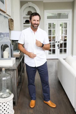 Combinar una camisa: Casa una camisa con un pantalón chino azul marino para una apariencia fácil de vestir para todos los días. ¿Te sientes valiente? Opta por un par de mocasín de cuero marrón claro.