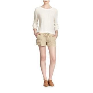 Cómo combinar: mocasín de cuero marrón claro, pantalones cortos de lino en beige, jersey con cuello circular blanco