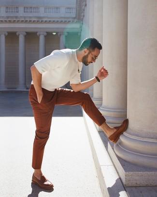Cómo combinar: mocasín de cuero marrón, pantalón chino en tabaco, camiseta con cuello circular de punto blanca