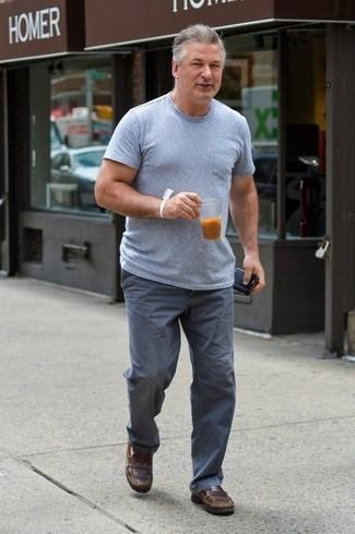 Cómo combinar: mocasín de cuero marrón, pantalón chino gris, camiseta con cuello circular gris