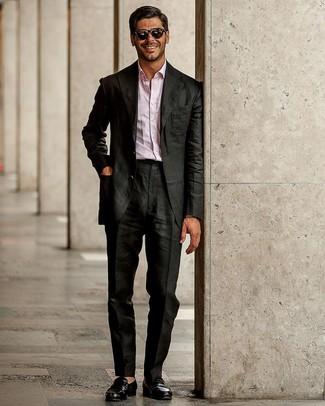 Cómo combinar: mocasín de cuero negro, camisa de manga larga rosada, traje negro