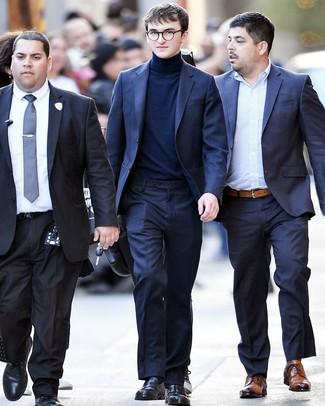 Cómo combinar: mocasín de cuero negro, jersey de cuello alto azul marino, traje azul marino