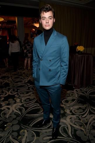 Cómo combinar: mocasín de cuero negro, jersey de cuello alto negro, traje en verde azulado