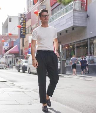 Cómo combinar: mocasín de cuero negro, pantalón chino de lino negro, camiseta con cuello circular blanca
