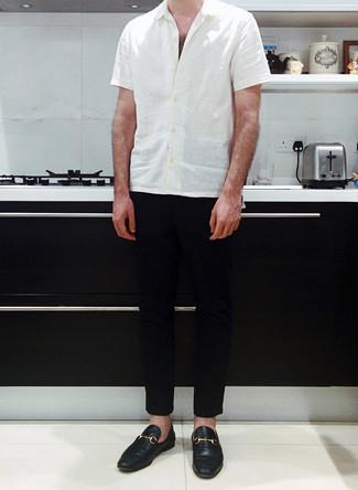 Combinar un mocasín de cuero negro: Ponte una camisa de manga corta blanca y un pantalón chino negro para una vestimenta cómoda que queda muy bien junta. ¿Te sientes valiente? Complementa tu atuendo con mocasín de cuero negro.