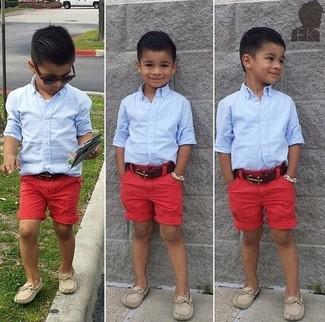 Cómo combinar: mocasín en beige, pantalones cortos rojos, camisa de manga larga celeste
