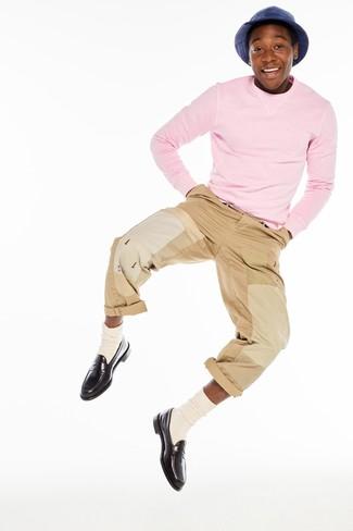 Cómo combinar: calcetines en beige, mocasín de cuero en marrón oscuro, pantalón chino marrón claro, jersey con cuello circular rosado