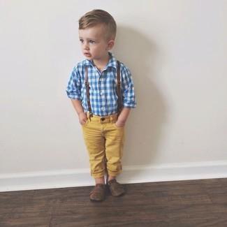 Cómo combinar: mocasín en marrón oscuro, vaqueros amarillos, camisa de manga larga azul