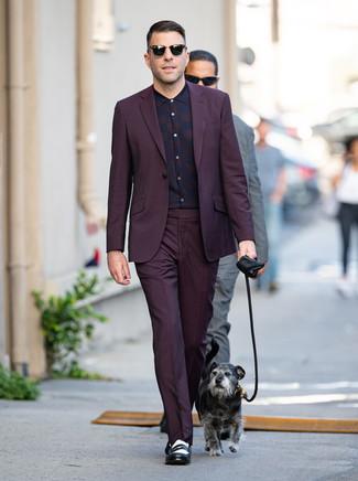 Cómo combinar: gafas de sol negras, mocasín de cuero en negro y blanco, camisa de vestir de tartán morado oscuro, traje morado oscuro