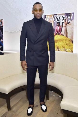 Cómo combinar: gafas de sol marrón claro, mocasín de cuero en negro y blanco, jersey de cuello alto azul marino, traje azul marino