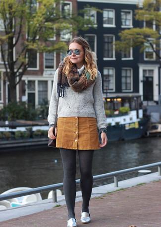 Cómo combinar: bolso bandolera de cuero en marrón oscuro, mocasín de cuero plateados, falda con botones de ante marrón claro, jersey con cuello vuelto holgado gris