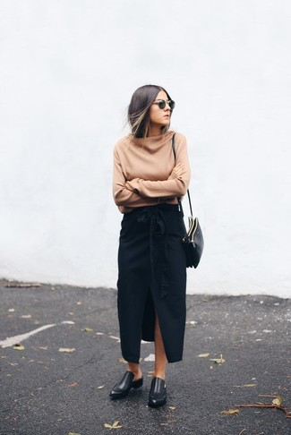 Cómo combinar: bolso bandolera de cuero negro, mocasín de cuero negros, falda larga con recorte negra, jersey oversized marrón claro