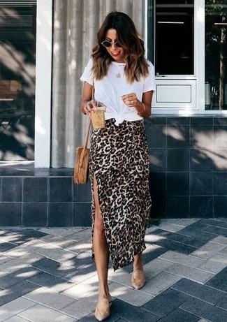 Cómo combinar: bolso bandolera de paja marrón claro, mocasín de cuero marrón claro, falda midi de leopardo marrón claro, camiseta con cuello circular blanca