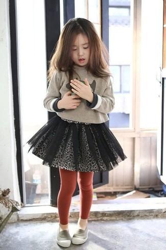 Cómo combinar: medias rojas, mocasín grises, falda de tul gris, jersey estampado en beige