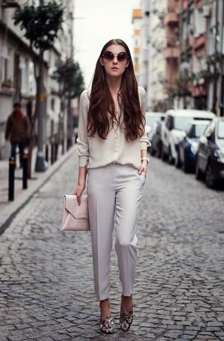 Cómo combinar: cartera sobre de cuero rosada, mocasín de cuero con print de serpiente grises, pantalón de vestir blanco, camisa de vestir de seda blanca