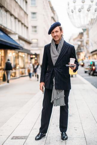 Cómo combinar: bufanda de pata de gallo en blanco y negro, mocasín de cuero negro, jersey con cuello circular negro, traje de rayas verticales negro