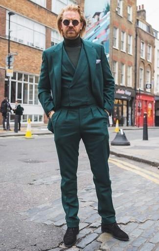Combinar un pañuelo de bolsillo estampado azul: Un traje de tres piezas en verde azulado y un pañuelo de bolsillo estampado azul son prendas que debes tener en tu armario. Agrega mocasín de ante negro a tu apariencia para un mejor estilo al instante.