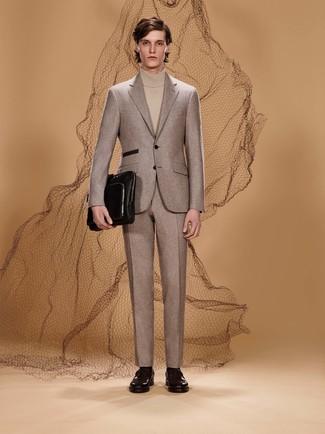 Cómo combinar: portafolio de cuero negro, mocasín de cuero burdeos, jersey de cuello alto en beige, traje de lana en beige
