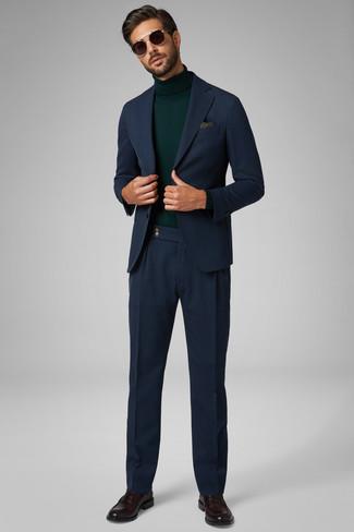 Cómo combinar: pañuelo de bolsillo de paisley verde oliva, mocasín de cuero en marrón oscuro, jersey de cuello alto verde oscuro, traje azul marino