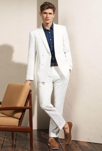 Combinar un mocasín: Considera emparejar un traje blanco junto a una camisa de vestir azul marino para una apariencia clásica y elegante. Si no quieres vestir totalmente formal, complementa tu atuendo con mocasín.