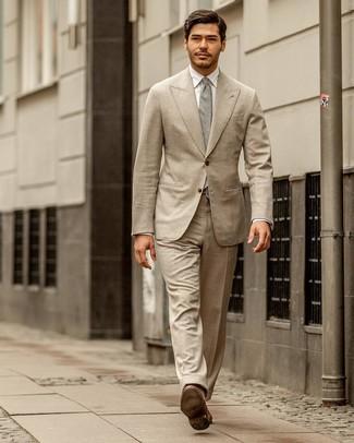 Cómo combinar: corbata gris, mocasín de cuero marrón, camisa de vestir blanca, traje en beige