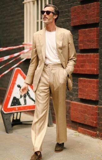 Combinar un mocasín: Emparejar un traje marrón claro junto a una camiseta con cuello circular blanca es una opción estupenda para un día en la oficina. ¿Te sientes valiente? Elige un par de mocasín.