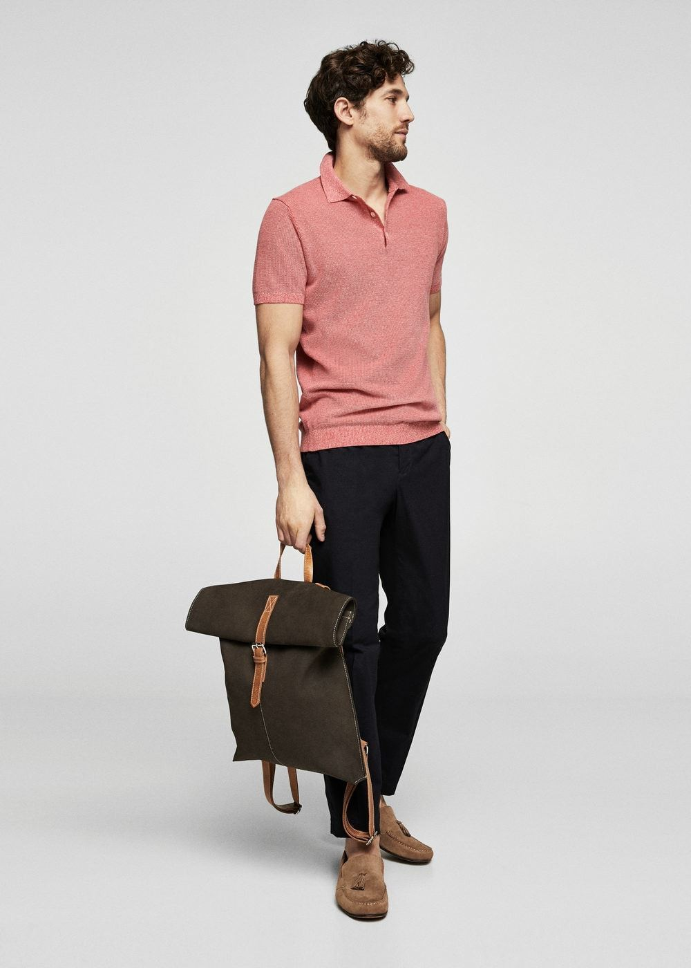 be8fc694a6 Un pantalón chino de vestir con una camisa polo rosada (4 looks de moda)