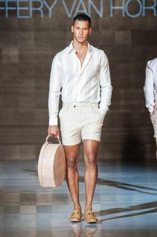 Cómo combinar: bolsa tote de cuero en beige, mocasín de cuero marrón claro, pantalones cortos en beige, camisa de manga larga de rayas verticales blanca