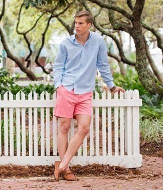 Cómo combinar: reloj de cuero marrón, mocasín de cuero marrón claro, pantalones cortos rosados, camisa de manga larga celeste