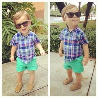 Cómo combinar: mocasín marrón claro, pantalones cortos verdes, camisa de manga corta azul