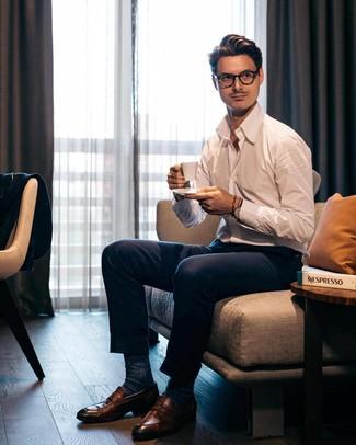 Cómo combinar: calcetines azul marino, mocasín de cuero marrón, pantalón de vestir azul marino, camisa de manga larga blanca