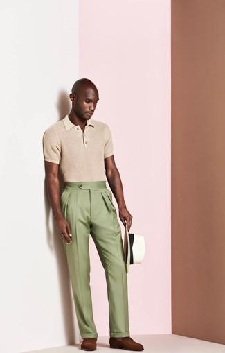 Cómo combinar: sombrero de paja blanco, mocasín de cuero marrón, pantalón de vestir verde oliva, camisa polo marrón claro