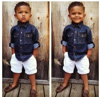 Cómo combinar: mocasín marrón, pantalones cortos blancos, camisa de manga larga vaquera azul marino