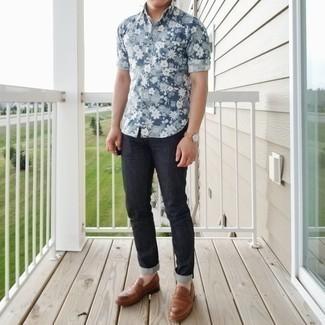 Combinar un mocasín de cuero marrón: Ponte una camisa de manga corta con print de flores azul y unos vaqueros azul marino para un look diario sin parecer demasiado arreglada. Con el calzado, sé más clásico y elige un par de mocasín de cuero marrón.