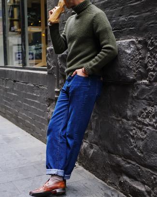 Cómo combinar: calcetines en beige, mocasín de cuero marrón, vaqueros azules, jersey de cuello alto de punto verde oscuro