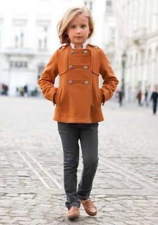 Cómo combinar: mocasín marrónes, vaqueros en gris oscuro, abrigo naranja
