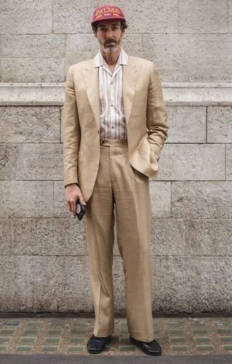 Outfits hombres: Empareja un traje marrón claro con una camisa de manga corta de rayas verticales en beige para el after office. Opta por un par de mocasín de cuero negro para mostrar tu inteligencia sartorial.