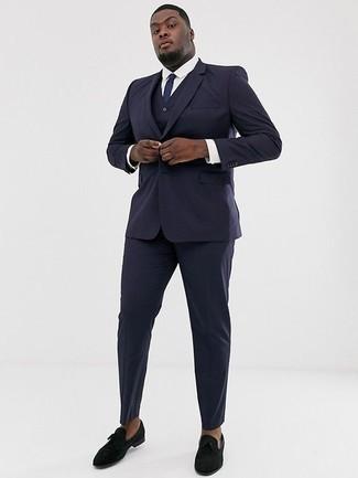 Combinar un traje de tres piezas azul marino: Elige un traje de tres piezas azul marino y una camisa de vestir blanca para una apariencia clásica y elegante. ¿Quieres elegir un zapato informal? Elige un par de mocasín de terciopelo negro para el día.