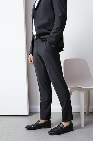 Combinar un traje en gris oscuro: Emparejar un traje en gris oscuro con una camisa de vestir blanca es una opción inmejorable para una apariencia clásica y refinada. Si no quieres vestir totalmente formal, completa tu atuendo con mocasín de cuero negro.