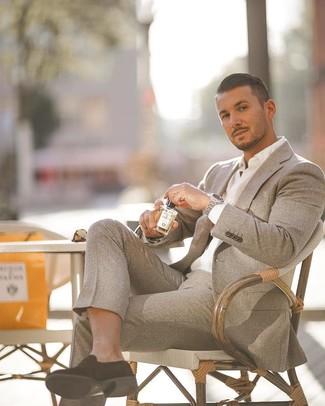Cómo combinar: reloj plateado, mocasín de ante negro, camisa de vestir blanca, traje de lana gris